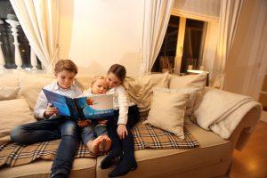Broertjes en zusjes van marie-Alixe lezen De Wensbloem