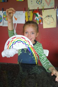 Cute-hanging-paper-plate-rainbow-craft